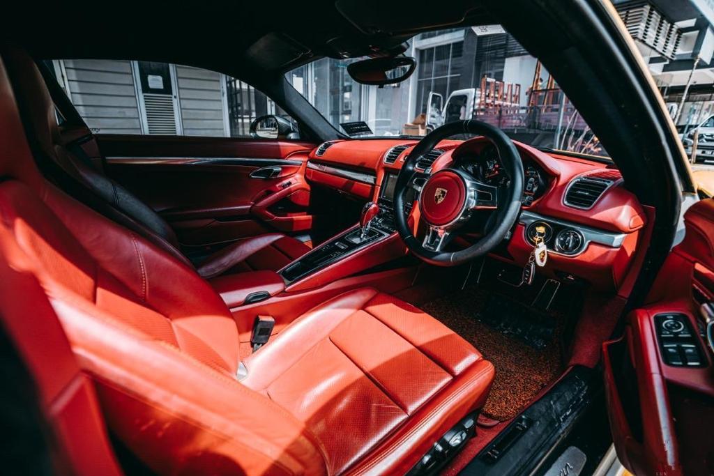 Porsche GT4 Hot red seats